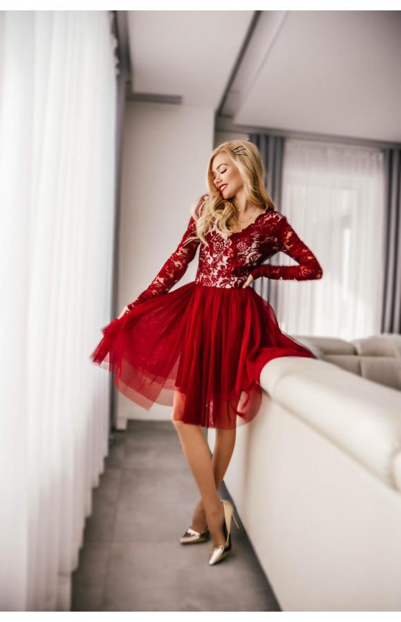 Sukienka ma przedni i tylny dekolt w szpic oraz krótką, satynową podszewkę widoczną spod tiulu.