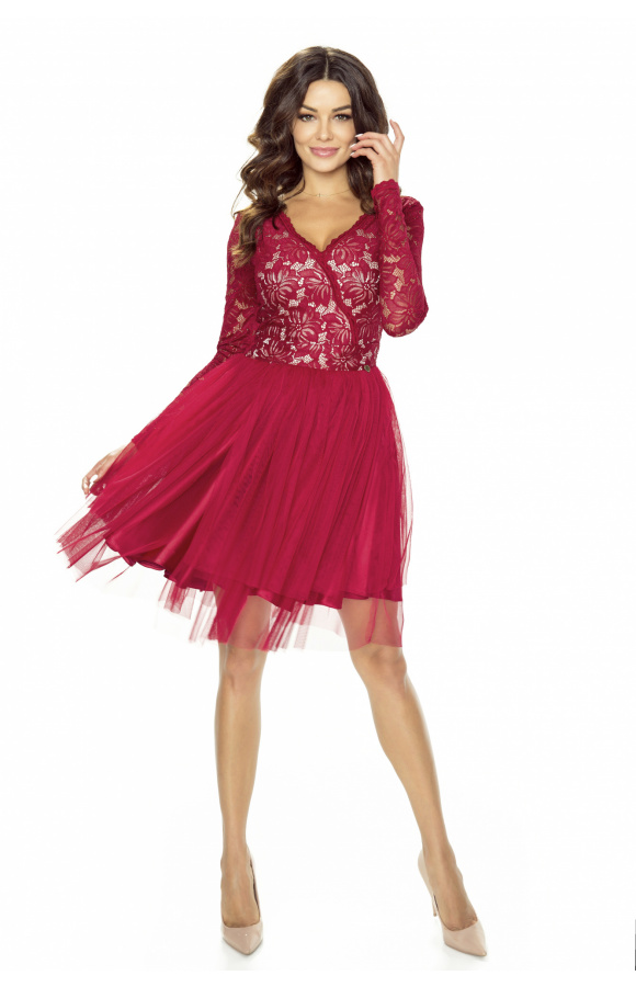 Atrakcyjna sukienka wieczorowa z koronkową górą i lekką, tiulową spódnicą.