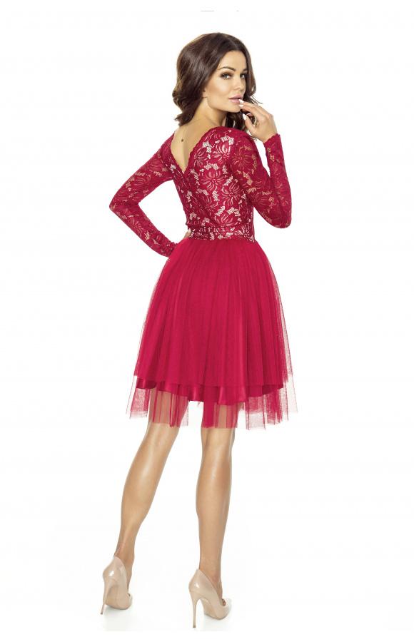 Sukienka z wyraźnym odcięciem w pasie pięknie podkreśla talię.