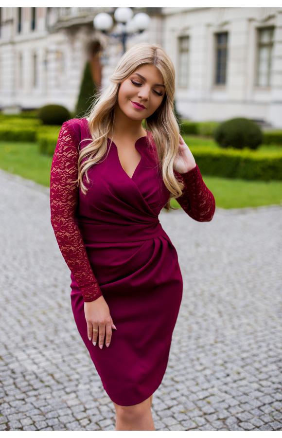 Opięta, klasyczna sukienka mini z długim, koronkowym rękawem.