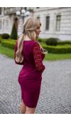 Sukienka z kopertowym dekoltem, wykonana z matowej, eleganckiej tkaniny i koronki.